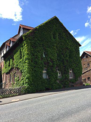 Großer Vierseitenresthof mit 3 Familienhaus und riesen Grundstück zu verkaufen (Kauf/Pacht von Agrarflächen möglich). Bergen auf Rügen