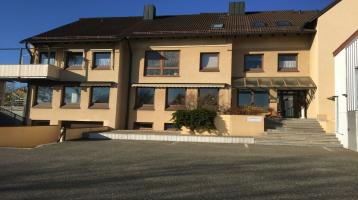 Gewerbeimmobilie mit Büroflächen und Wohnungen zzgl. kleiner Lagerhalle in Himmelkron