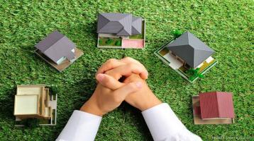RE/MAX Oberschleißheim Baugrundstück in Bestlage für EFH oder DHH und großem Garten mit Altbestand