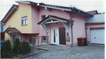Doppelhaus, mit 139 qm + 154 qm WFL mit Garten und je 1 Garage je Haus beide Häuser vermietet