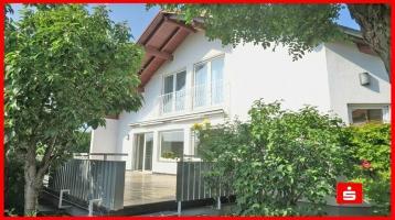 Höchster Wohnkomfort in gepflegter Atmosphäre! Einfamilienhaus mit ELW in Würzburg-Lengfeld