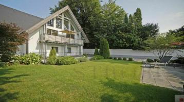 SET YOU FREE. Traumhafte Eigentumswohnung auf zwei Ebenen im Herzen Grünwalds.