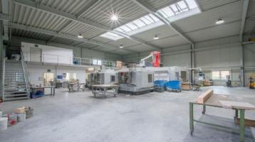 Moderne Produktionshalle mit Verwaltungsgebäude an interessantem Gewerbestandort