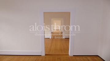 Bezugsfreie 4-Zimmer-Altbauwohnung mit 2 Balkonen im 1.OG