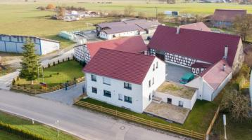 Bauernhaus: Stattlicher, komplett neu renovierter Gutshof mit ca. 17 ha Land (Vierseithof mit 3-Familien-Wohnhaus, Stallungen, Scheune)