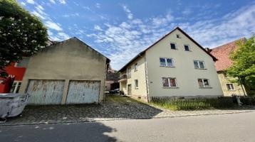 Zweifamilienhaus mit Garagen, großer Scheune und ehemaligen Stallungen