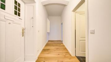 Einfach einziehen: Frisch sanierte 2-Zimmer-Altbauwohnung mit Balkon, Parkett und Stuck