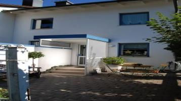 Reizvoll in die Landschaft eingepaßte Doppelhaushälfte in München- Waldtrudering