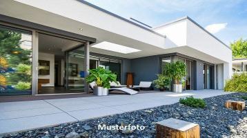 Einfamilienhaus mit Doppelgarage und Außenschwimmbad