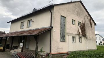 Renovierungsbedürftiges Haus auf großem Grundstück